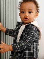 Geruit overhemd voor baby's betonnen grijze tegels