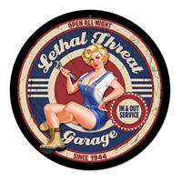 Fiftiesstore Lethal Threat Garage Pin-Up Zwaar Metalen Bord 35,5 cm