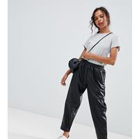 ASOS DESIGN Petite - Smaltoelopende broek in leerlook-Zwart