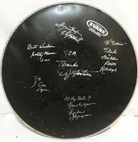 fiftiesstore Gesigneerde Drum Head Door Elvis Presley Kennissen Relaties Scotty Moore, Boots Randolph, Linda Thompson etc - Consignatie