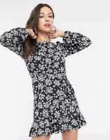 Miss Selfridge - Swingdress met ruches aan de zoom in zwart me bloemenprint