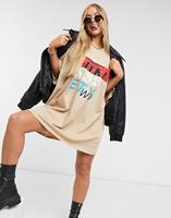 asosdesign ASOS DESIGN - Oversized Shirtjurk met tweeënnegentig graphic in camel-Bruin