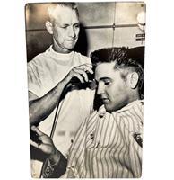Fiftiesstore Elvis Presley Getting Haircut - Metalen Bord 29.5 x 44.5 cm
