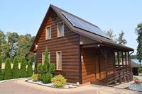 Een luxe huis aan de oever van het meer. Woonkamer met openhaard, 2 slaapkamers, tuin.
