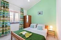 Kleurrijk appartement in Jasenice met zeezicht