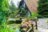 Een comfortabel appartement in een landhuis. Mooie tuin, zwembad, tuinhuisje, kleine vijver.