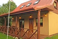Vrolijk geel vakantiehuis in Kopalino met grote tuin