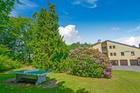 Accommodatie met zonnig balkon, grote tuin en fijn uitzicht. Net buiten het dorp