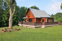 Vrijstaand huis met prachtige omheinde tuin aan de oever van een klein stuwmeer