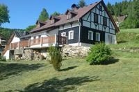 Comfortabel vakantiehuis met grote tuin, overdekt terras en uitzicht op het dal